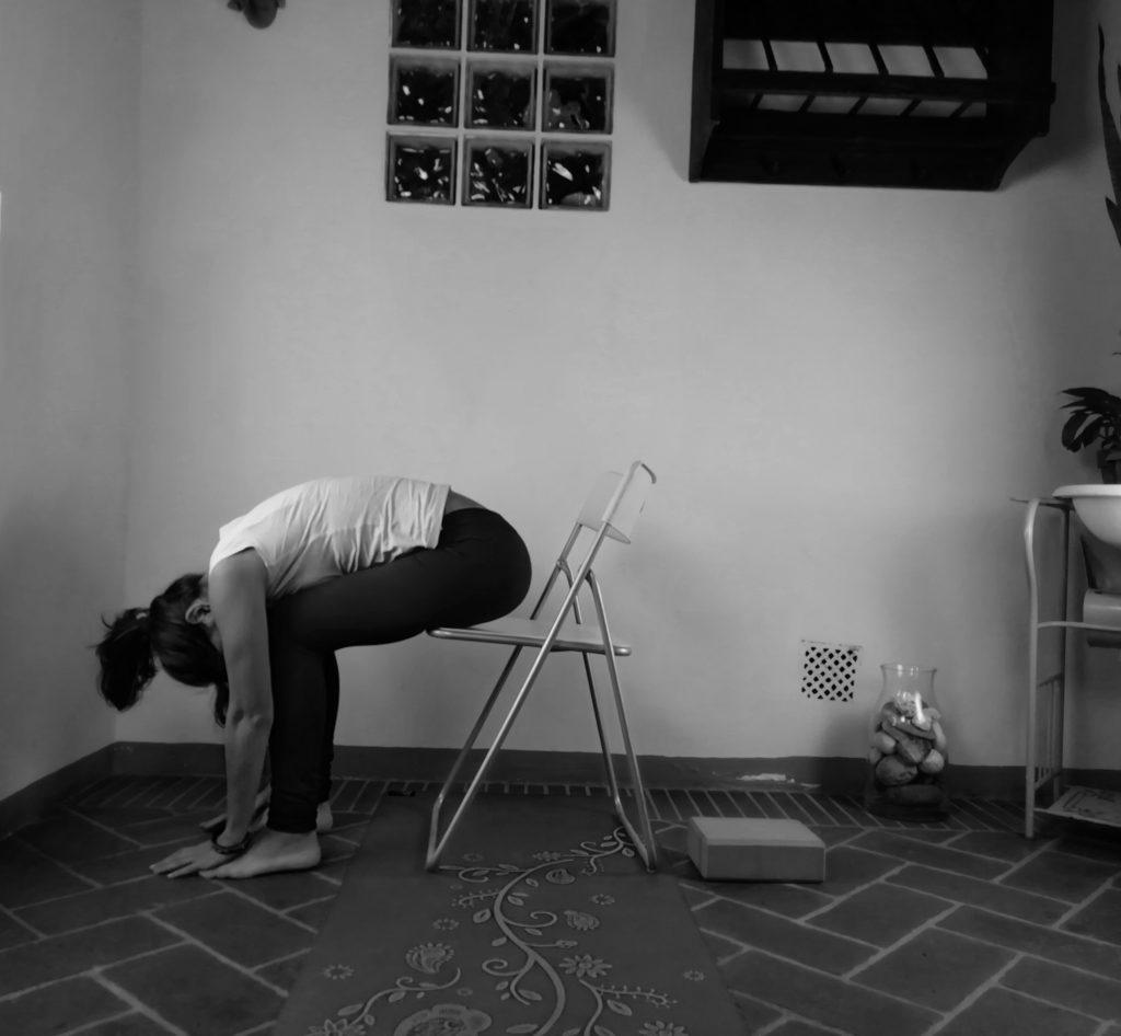 piegamento in avanti yoga accessibile