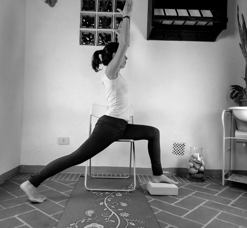 La posizione del guerriero I yoga accessibile