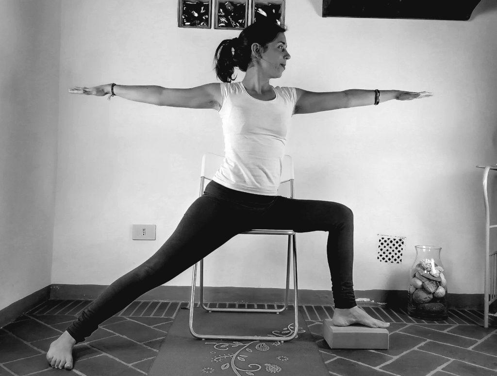 virbadrasana, posizione del guerriero yoga accessibile