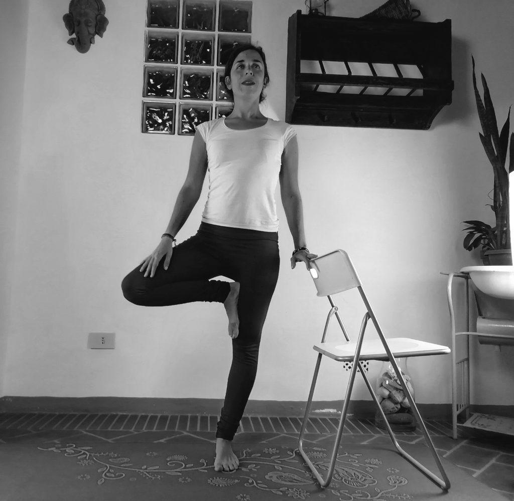 posizione dell'albero yoga accessibile